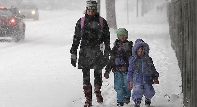 Linda Jones acompaña a sus hijas Sophie y Zoe el jueves 20 de diciembre en Boulder, Colorado. Una tormenta invernal dejó más de un pie de nieve en la primera nevada del año.