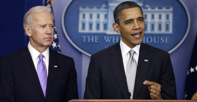El presidente Barack Obama (der.) anunció el miércoles 19 de diciembre que impulsará medidas para hacer más estrictas las leyes sobre armas tras la matanza ocurrida en una escuela en Connecticut. El vicepresidente Joe Biden liderará los esfuerzo.