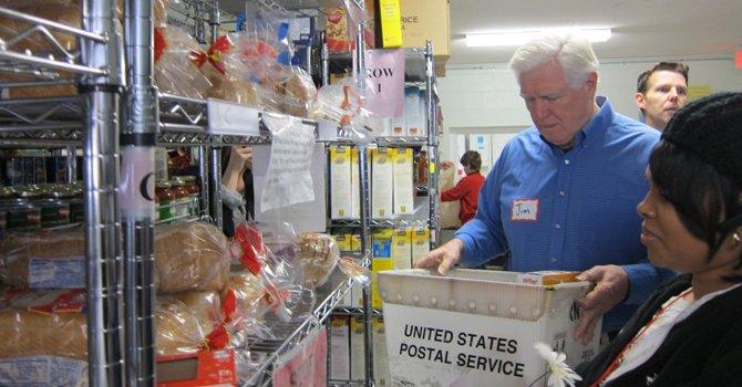 El congresista Jim Moran, el 15 de diciembre, con una voluntaria del banco de comida de la Columbia Baptist Church, en Culmore.