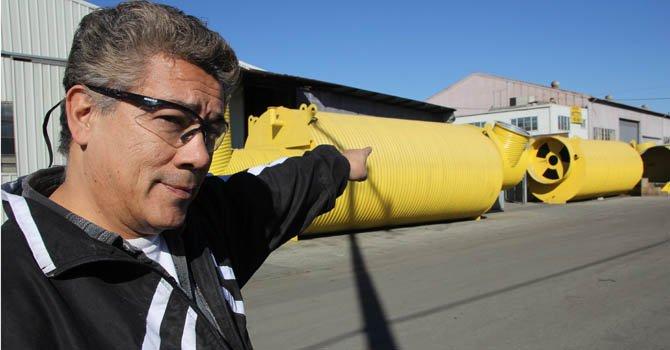 El trabajador de Atlas Survival Shelters, Víctor Escalante muestra las estructuras metálicas que sirven de de refugio instalándolas bajo tierra el jueves 20 de diciembre, en la fábrica de la empresa en Montebello, California.