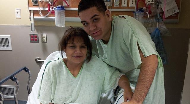 Jorge Mariscal posa junto a su madre, quien le donó un riñón.