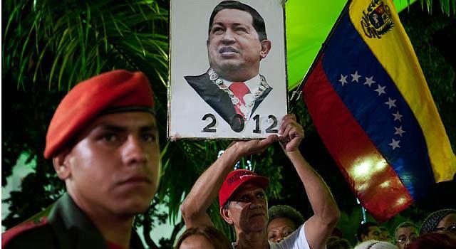 Un seguidor del presidente de Venezuela, Hugo Chávez, sostiene un retrato del mandatario el sábado 15 de diciembre.