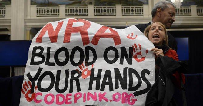 Decenas de personas se manifestaron en contra de la National Riffle Association el viernes 21 de diciembre cuando estos se pronunciaron por primera vez.