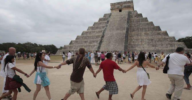 Varias personas participan hoy, viernes 21 de diciembre de 2012, junto a grupos tradicionalistas de la cultura maya, en un ritual cerca de la pirámide de Kukulkán, en Chichen Itzá, México, con motivo del cambio de era maya.