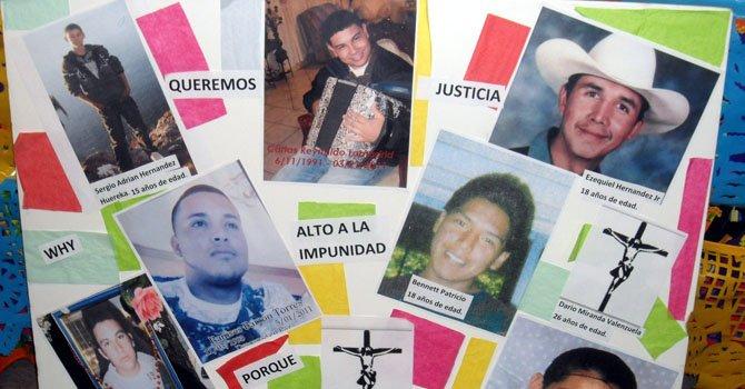 Un cartel con las fotografías de algunos de los jóvenes muertos a manos de los agentes de la Patrulla Fronteriza en Nogales, Arizona.