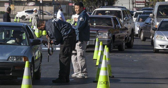 La Policía de Los Ángeles canjeó centenares de armas el miércoles 26 de diciembre en un estadio deportivo y en un templo. Las personas participantes recibieron tarjetas para recibir víveres en la tienda Ralphs.