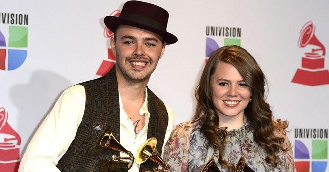 Los hermanos mexicanos Jesse (izq.) y Joy (dcha.) posan con sus cuatro Grammy durante la decimotercera edición de los Premios Grammy Latino en Las Vegas el 15 de noviembre.