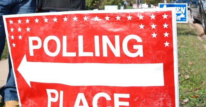 Cartel de votación en un precinto de Springfield, Virginia.