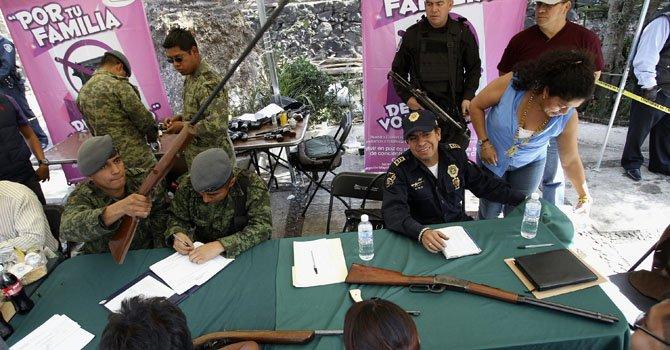 Mexicanos cambian sus armas por regalos