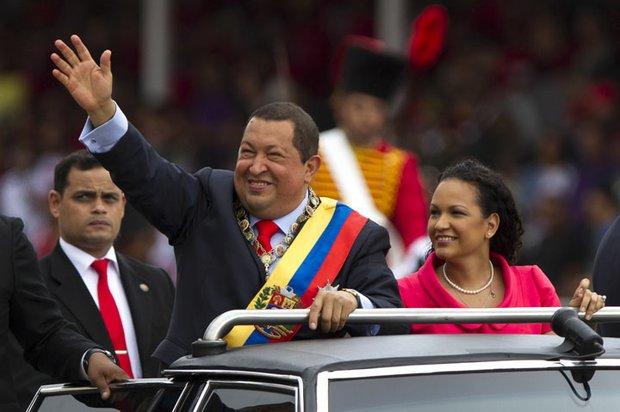 El presidente de Venezuela Hugo Chávez ganó las elecciones el 7 de octubre por cuarta vez consecutiva. El 11 de diciembre partió a Cuba para someterse a una cuarta operación por la reaparición de células cancerígenas de la cual aún se recupera. Es incierto si estará el 10 de enero para su toma de posesión.