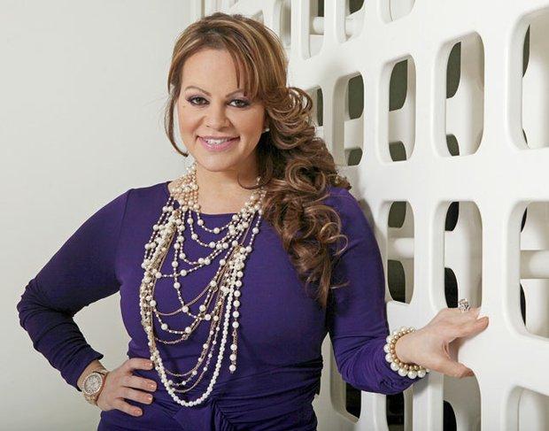 El 9 de diciembre la cantante mexico americana Jenni Rivera falleció trágicamente cuando su avión perdió el control y se estrelló en Nuevo León, México. Rivera llenó de luto el mundo de la música y sus fans aún la lloran.
