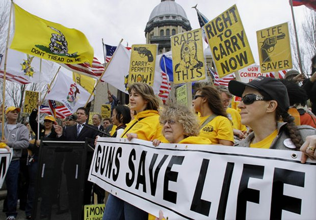 """En Illinois también hubo manifestaciones de personas que aseguran que las armas """"salvan vidas""""."""