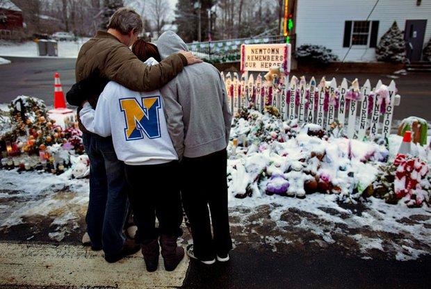 El pueblo de Newtown, Connecticut vivió estas Fiestas de duelo. Miles rindieron homenaje a las víctimas de la masacre perpetrada por Adam Lanza, de 20 años.