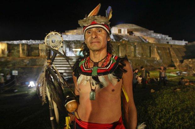 Un indígena en el parque arqueológico Tazumal, en El Salvador, el 21 de diciembre, el día que inició una era, según el calendario Maya. Expertos dicen que la fecha nada tenía que ver con el anunciado fin de los tiempos.