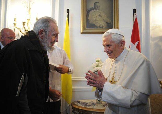 El Papa Benedicto XVI junto al ex líder cubano Fidel Castro el 25 de marzo. El Pontífice visitó Cuba después de estar en México, los primeros países de habla hispana en visitar.