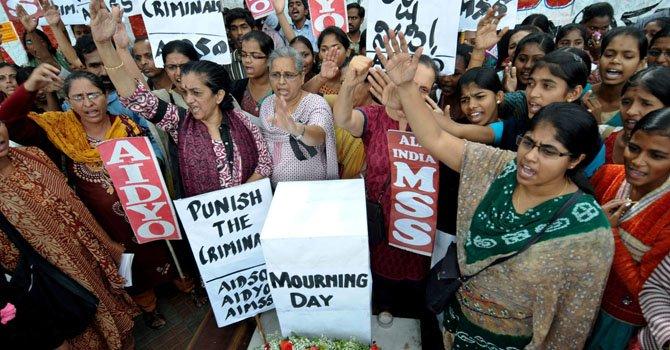 Cientos de mujeres participan en protestas para reclamar justicia tras la muerte de una joven de 23 años que fue violada por seis hombres en un autobús en ueva Delhi, India.