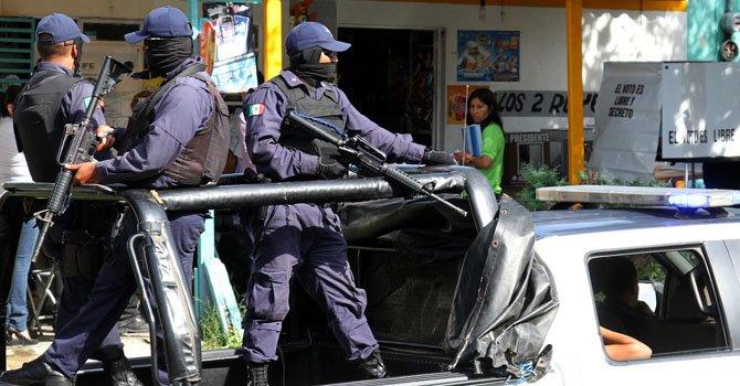 Policías estatales vigilan la ciudad de Xalapa del estado mexicano de Veracruz.