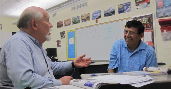 El instructor Bob O'Neil (izq) y el estudiante Eliseo Martínez.