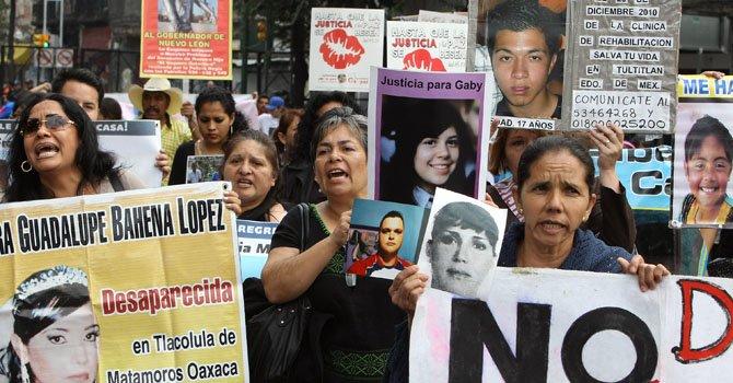 Familiares y amigos de víctimas de la violencia vinculadas con el Movimiento por la Paz con Justicia y Dignidad (MPJD) protestan en diciembre.