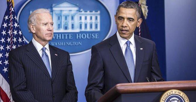 El vicepresidente, Joseph R. Biden (izq.), escucha al presidente Barack Obama (dcha), durante su declaración a los medios en la Casa Blanca el martes 1 de enero.