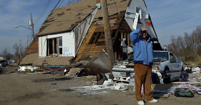 Un hombre permanece frente a una casa, destrozada tras el paso del Huracán Sandy, en la región de Staten island, Nueva York el lunes 12 de noviembre de 2012.