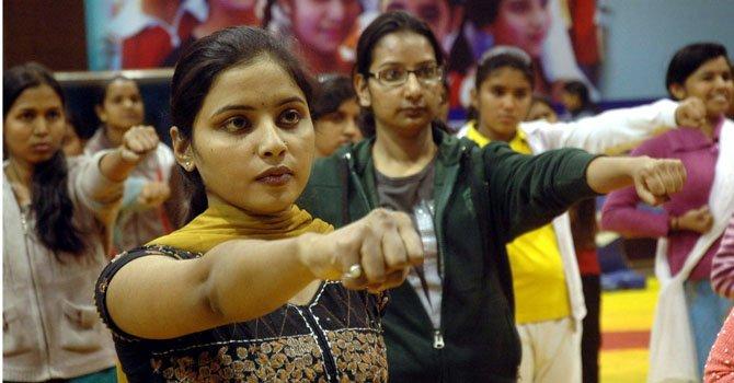 Mujeres y niñas indias participan en un entrenamiento de autodefensa con artes marciales en Bhopal, en la India, el jueves 3 de enero de 2012, después de que una joven fuera violada por seis hombres.