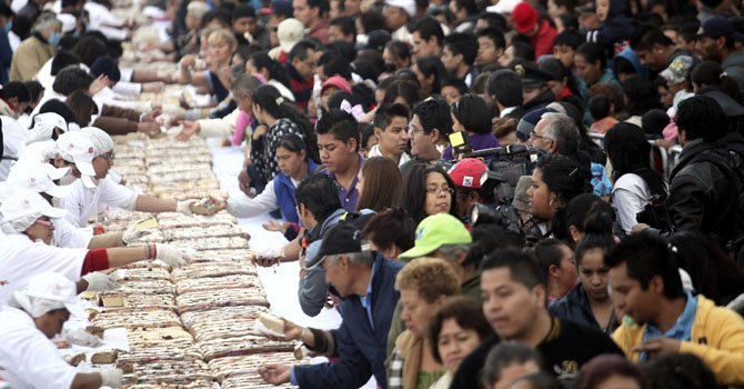 Miles de mexicanos degustaron el jueves 3 de enero, un roscón de Reyes de más de 9.000 kilos y 1.900 metros de largo que fue compartido de manera gratuita en la plaza el Zócalo en Ciudad de México.