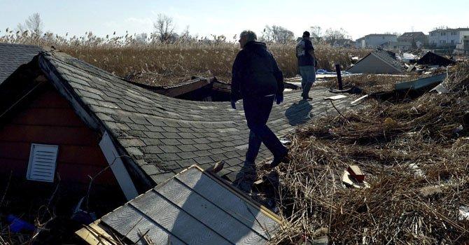 Restos de mobiliario doméstico esparcidos por un campo, como consecuencia del paso del Huracán Sandy, en la región de Staten island, Nueva York, el 12 de noviembre de 2012.