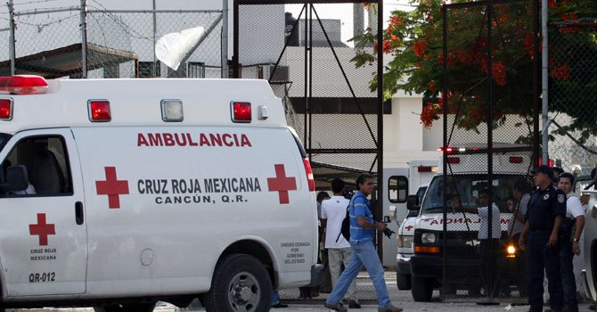 Una ambulancia de la Cruz Roja mexicana saliendo de la Cárcel Municipal de Cancún, en el estado mexicano de Quinatana Roo.