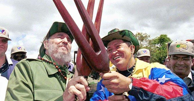 Fidel Castro y Hugo Chávez en el Parque Nacional Canaima de Venezuela con armas indígenas en 2001.