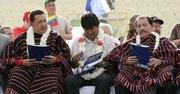 De izq. a der. el presidente de Venezuela, Hugo Chávez, de Bolivia, Evo Morales y de Nicaragua, Daniel Ortega en octubre de 2009,durante el cierre de la VII Cumbre de la Alianza Bolivariana para las Américas (ALBA).