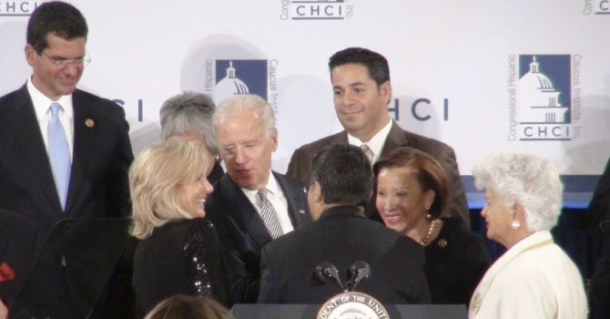 El vicepresidente Joe Biden (centro), asistió el jueves 3 de enero a la ceremonia de bienvenida de los nuevos miembros del caucus hispano del Congreso, en Washington DC.