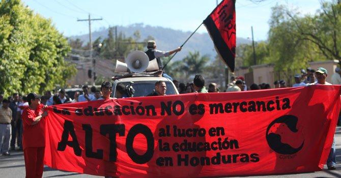 Un grupo de maestros protestaron en Tegucigalpa, Honduras para exigir el pago del salario y aguinaldo de diciembre pasado.