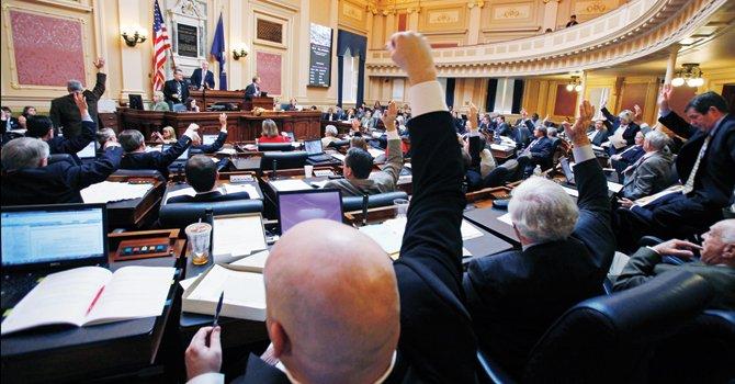 SESIÓN. Miembros de la Asamblea de Virginia levantan la mano para votar durante una sesión de 2012.