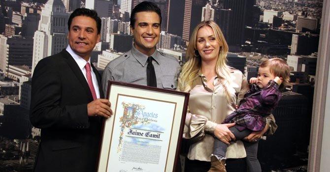 Jaime Camil recibe el pergamino el viernes 4, junto a su esposa e hija.