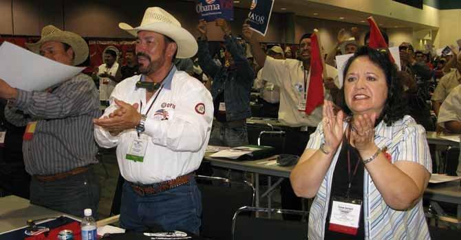 Varios campesinos hispanos participan en una reunión en Los Angeles, California. En la caravana participan miembros de la Asociación Campesina de la Florida.