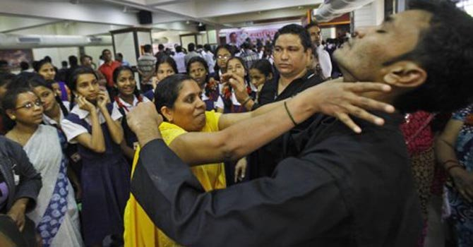 Tras la violación y muerte de una joven, mujeres masivamente hacen cursos de defensa personal en la India.