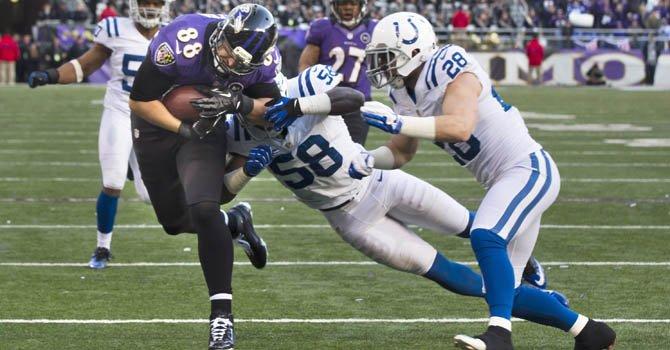 Dennis Pitta (izq.) de los Ravens de Baltimore anota un touchdown ante los Colts de Indianápolis en el partido de la Conferencia Amaricana de la NFL realizado el domingo 6 en el M&T Bank Stadium de Baltimore.