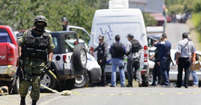 Los cadáveres de 10 hombres, asesinados presuntamente por el crimen organizado en dos hechos distintos, fueron hallados en los límites de los estados de Jalisco y Michoacán.