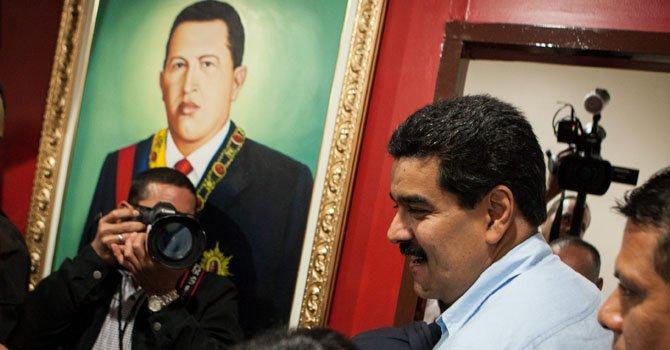 El vicepresidente de Venezuela, Nicolás Maduro junto a un retrato del presidente Hugo Chávez.