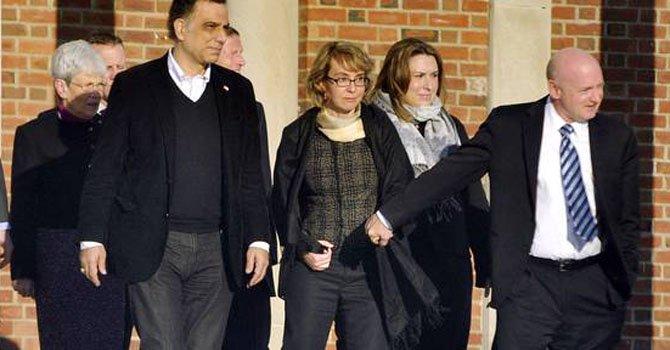 El ex congresista demócrata Gabrielle Giffords (centro) y su esposo, Mark Kelly, en la escuela Fairfield Hills en Newtown, Conneticut el 4 de enero, y donde propusieron nuevas medidas para el control de armas de fuego