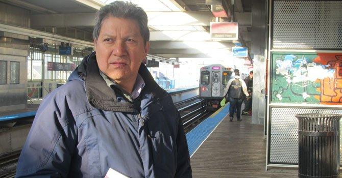 """El autor mexicano Víctor Cortés publica la novela """"El desdén del sabor"""", en la que retrata la vida de los inmigrantes que sufren por la crisis económica que trae la pérdida de sus trabajos y desalojos en los barrios hispanos de Chicago."""