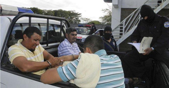 La Fiscalía General muestra a algunos de los nueve capturados por presuntamente pertenecer a una red de narcotraficantes que enviaba cocaína hacia Estados Unidos mediante encomiendas.