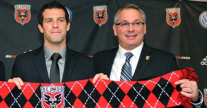 El técnico del D.C. United, Ben Olsen (izq.), y el gerente general Dave Kasper anunciaron la contratación del brasileño Rafael, el miércoles 9.
