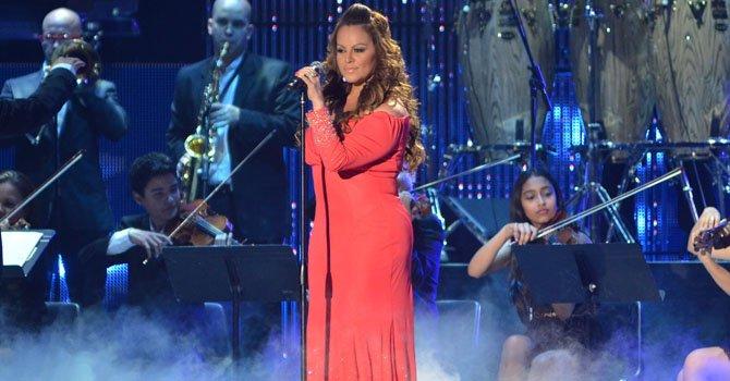 La cantante Jenny Rivera se presenta en la entrega de los premios Billboard Latinos.