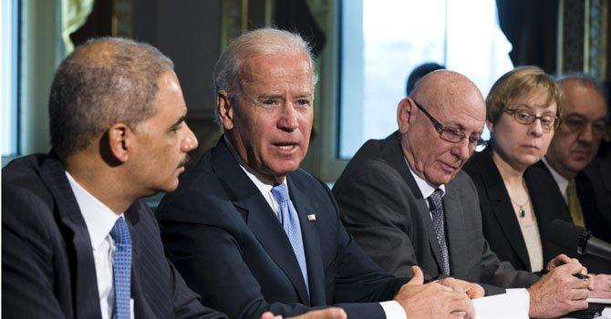 El vicepresidente Joe Biden (centro).