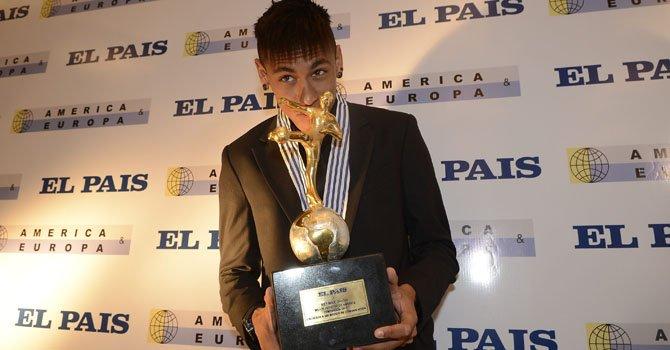 """El delantero brasileño Neymar posa con el trofeo que recibió como el """"Rey del Fútbol de América"""" por parte del diario El País de Montevideo, el miércoles 9 de enero."""