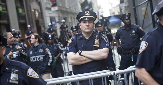 Agentes de policía bloquean accesos a Wall Street durante una protesta en Lower Manhattan, Nueva York.