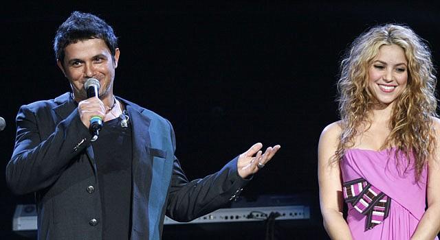 El cantante español Alejandro Sanz junto a la colombiana Shakira.