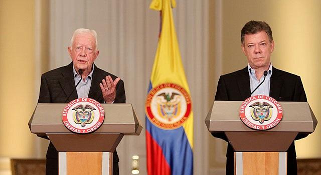 El ex presidente de Estados Unidos y premio Nobel de la Paz de 2002, Jimmy Carter (izq.), y el gobernante colombiano, Juan Manuel Santos hablan sobre los diálogos de paz.